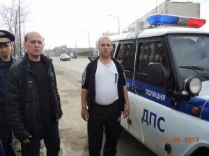 В центре стоит зам. начальника УМВД полковник Юрий ЗАВЬЯЛОВ. Слева от него возле машины хозяин жизни и игрового бизнеса.