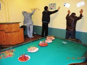 Внутри на ул. Тельмана, 2-а были также игроки. Они послушно стояли лицом к стене. на игровом столе была закуска. НА шпажках колбаска, копчености, балык...