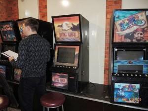 Внутри также стоят игровые автоматы. Но там как-то холодно и неуютно
