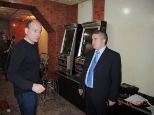 Руководитель оперативной группы докладывает полковнику Завьялову, что игровые автоматы холодные, в помещении не накурено и похоже сегодня там никто не играл. Начальник дает лаконичные четкие указания.
