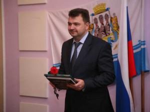 Алексей Владимирович (на фото) держит в руках сборник предвыборных обещаний в 2х томах