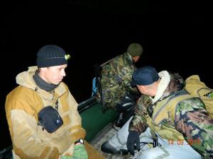 Опергруппа полиции стартует на резиновой лодке в 4 утра 14 сентября когда еще было темно. Сплавляются по реке примерно 17 км встречая постоянно медведей.