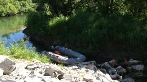 На этой лодке браконьеры ловили лосося на нерестилище реки Карымшина наши сотрудники , тут же вызвали полицию